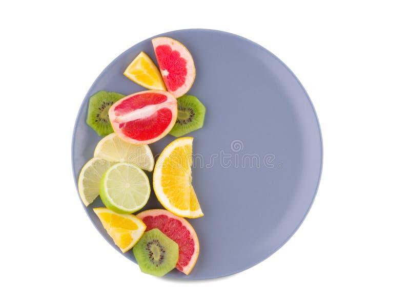 板材的一半在白色被隔绝的背景的热带水果有很多 在视图之上 免版税库存照片