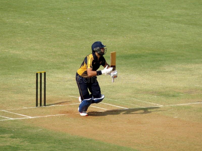 板球运动员赛跑在击中射击以后,采取奔跑的板球运动员 免版税图库摄影