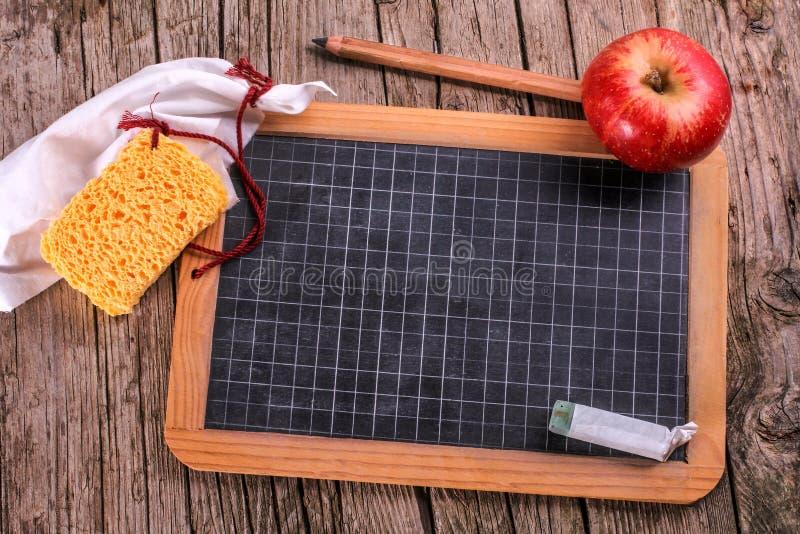 黑板用苹果和海绵 免版税库存照片