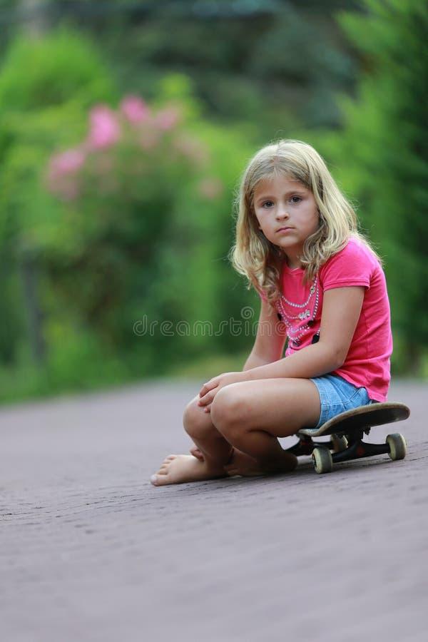 滑板的女孩 免版税库存照片