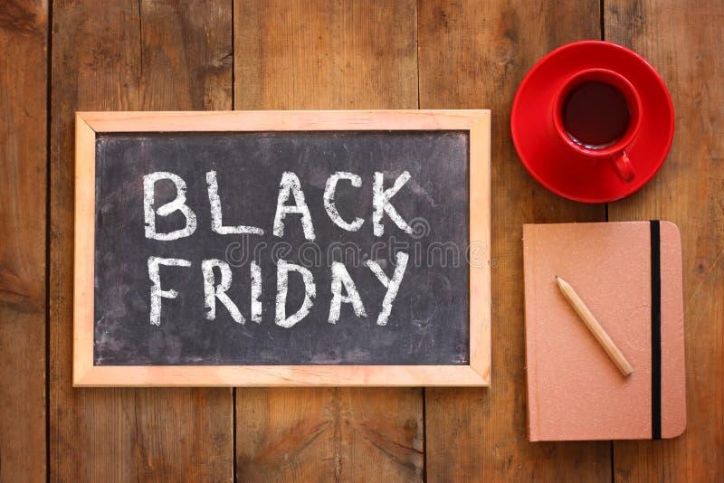 黑板的顶视图图象有文本黑色的星期五在咖啡和笔记本旁边 库存照片