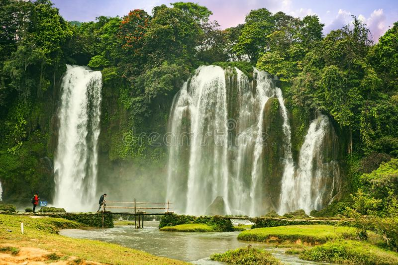 板约瀑布在高平镇,越南-瀑布位于成熟石灰岩地区常见的地形形成区域是原物 图库摄影