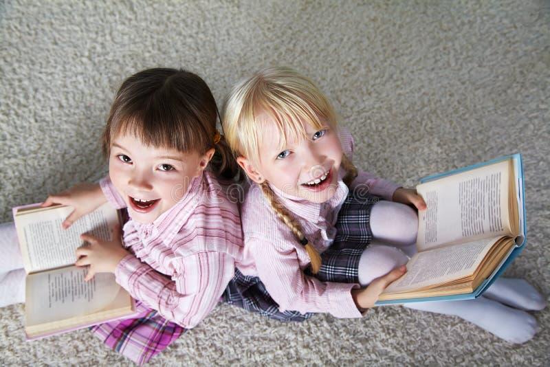 黑板背景的学童 库存照片
