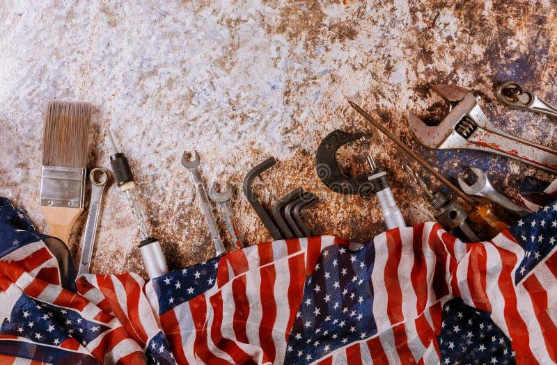 板钳在一面美国旗子的建设者工具在劳动节是一个联邦假日 免版税图库摄影