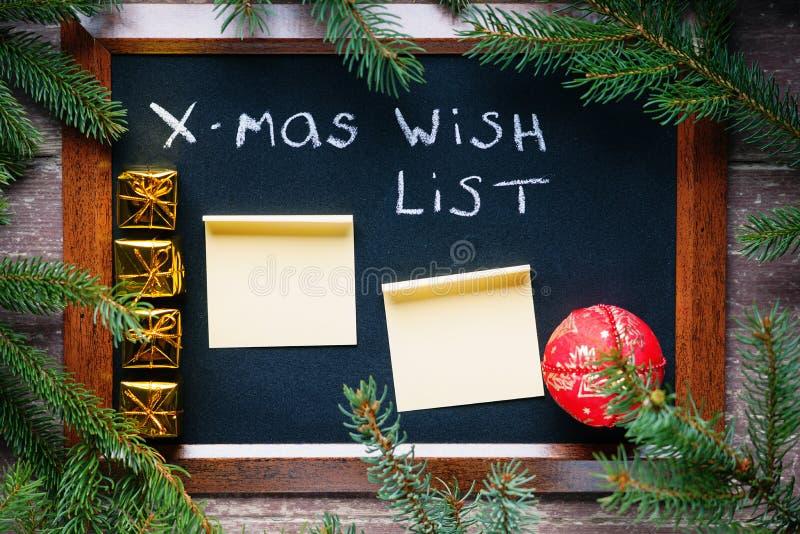 黑板,圣诞节球,贴纸,冷杉分支,礼物盒 免版税库存图片