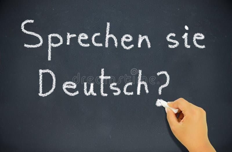 黑板黑板选件类概念deutch执行了解德语的手语显示sie告诉sprechen写的教师文字您 免版税库存图片