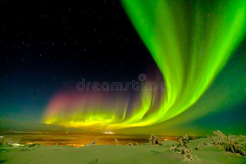 极光borealis也已知象在北极圈之外的北或极光在冬天拉普兰 免版税库存图片