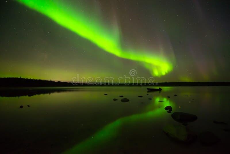 极光Borealis和满天星斗的天空 图库摄影