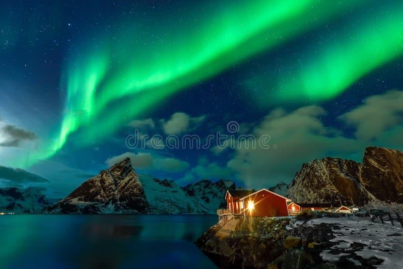 极光Borealis在Lofoten群岛,冬时的挪威 库存图片