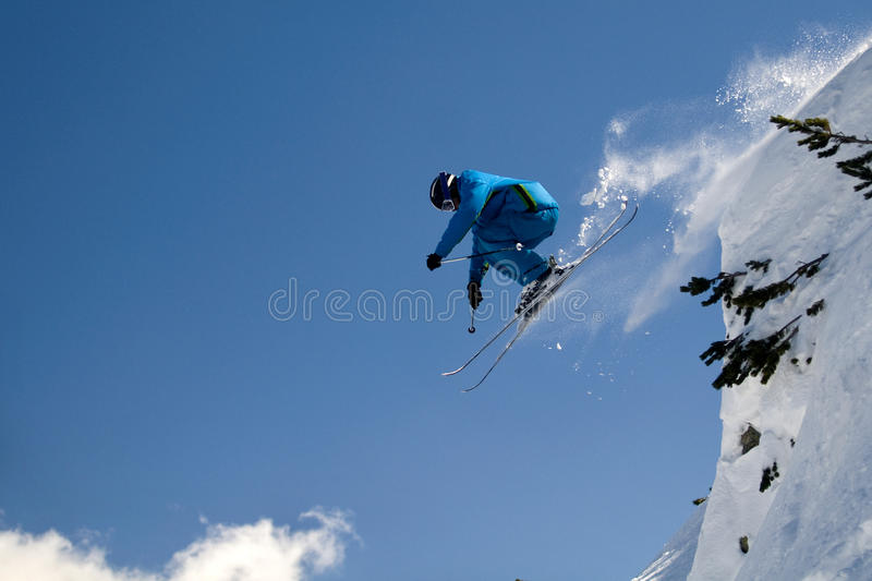 极其跳的滑雪者 免版税库存图片
