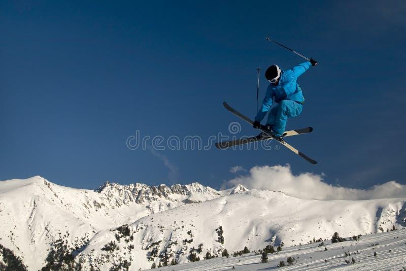 极其跳的滑雪者 免版税库存照片
