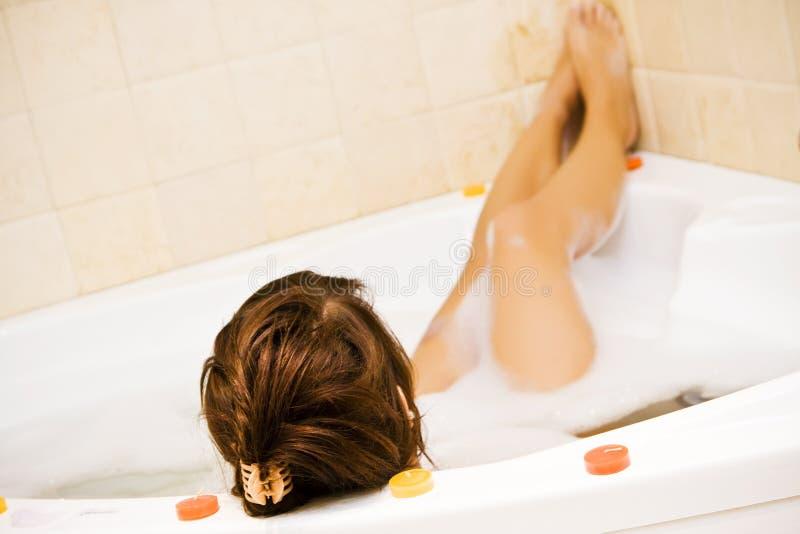 极可意浴缸夫人年轻人 库存图片