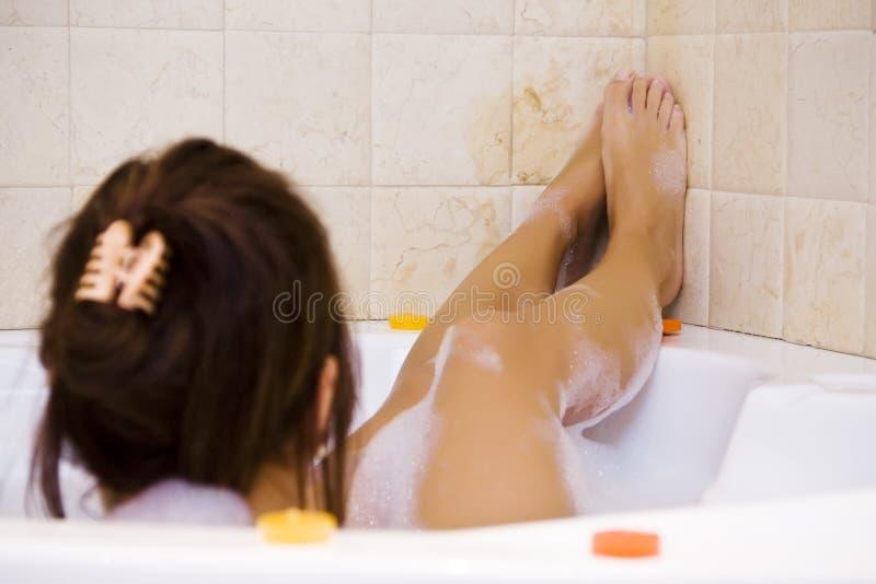 极可意浴缸夫人年轻人 库存照片