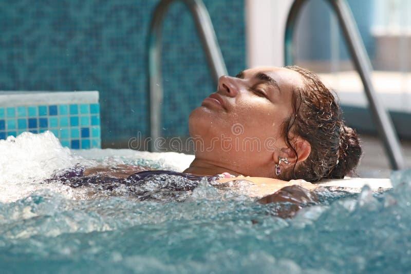 极可意浴缸妇女 库存图片