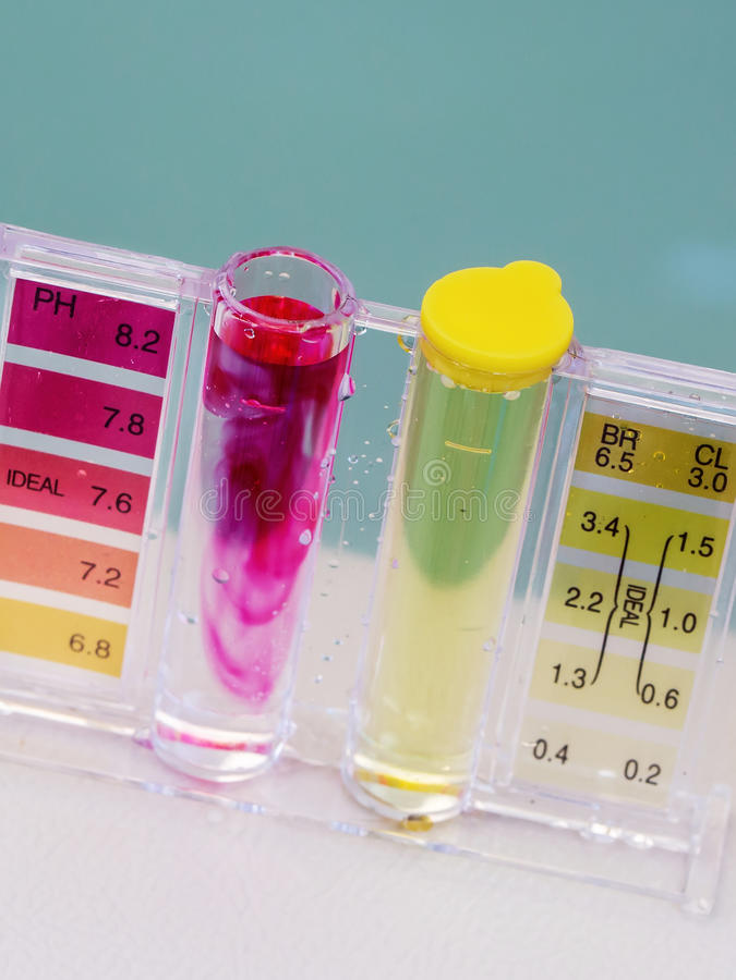 极可意浴缸温泉水池维护测试、酸碱度氯和溴化物水平 免版税库存照片