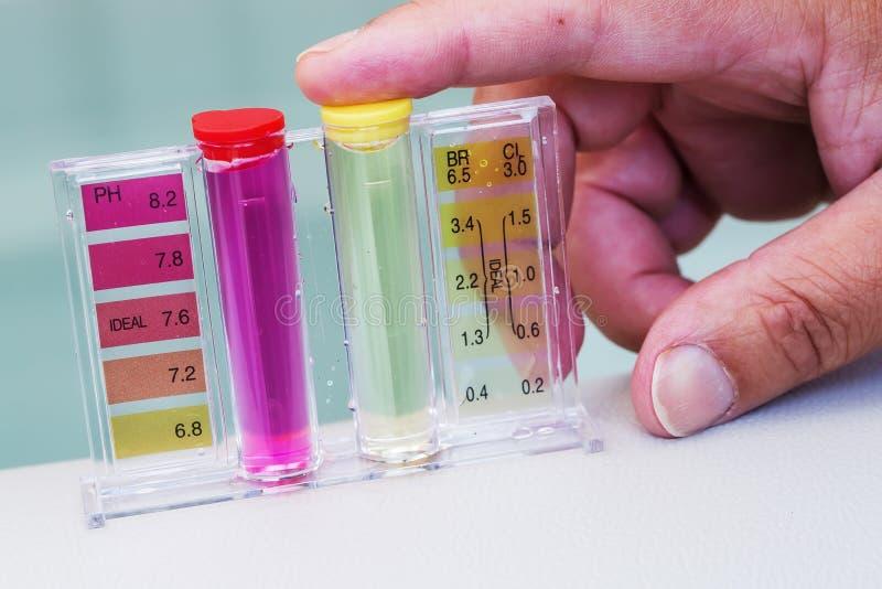 极可意浴缸温泉水池维护测试、酸碱度氯和溴化物水平 库存图片
