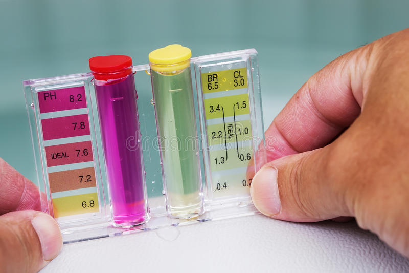 极可意浴缸温泉水池维护测试、酸碱度氯和溴化物水平 免版税库存图片