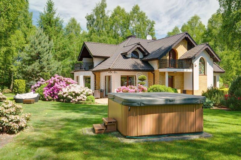 极可意浴缸在庭院里 免版税库存图片