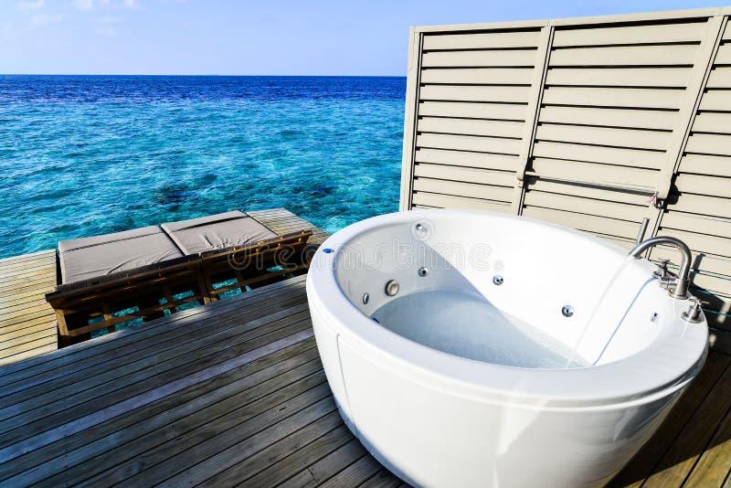 极可意浴缸有海视图 免版税库存照片