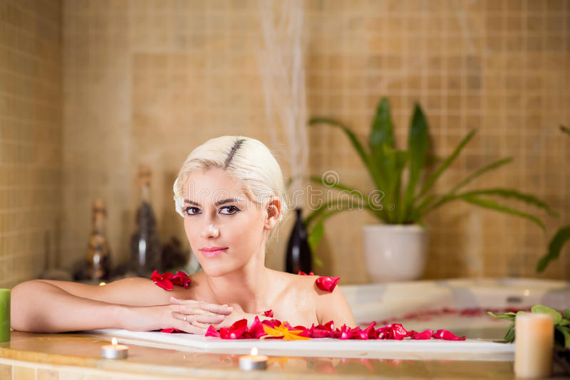 极可意浴缸的华美的妇女 库存照片