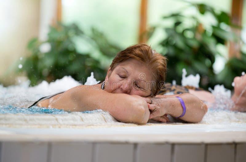 极可意浴缸的老妇人 库存图片