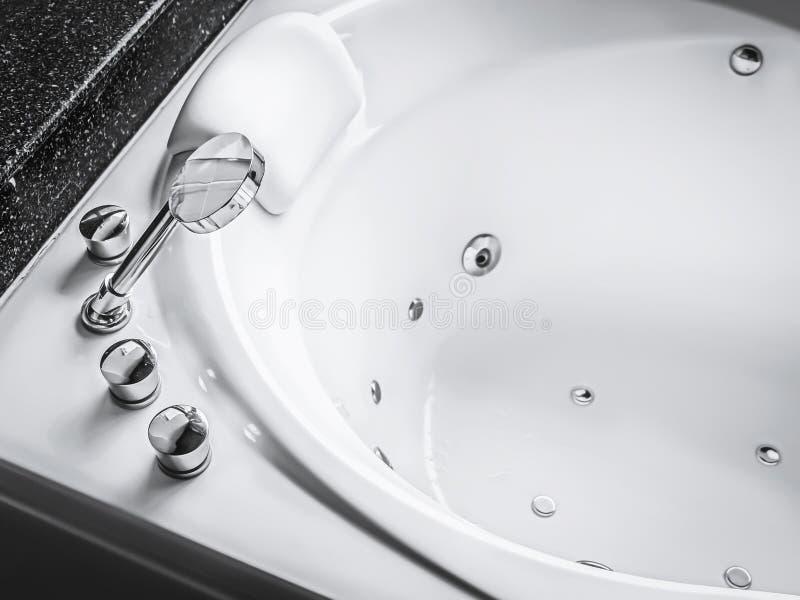 极可意浴缸浴盆 免版税库存图片