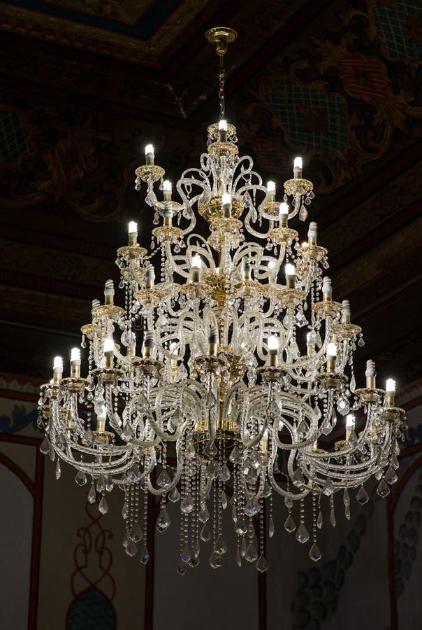 极大的玻璃枝形吊灯 免版税库存照片
