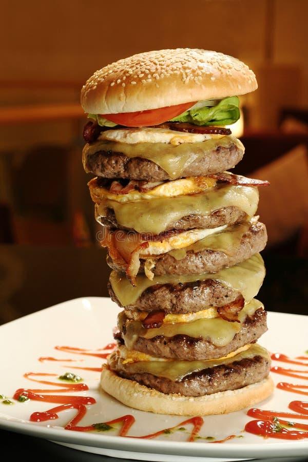极大1个的汉堡 库存图片
