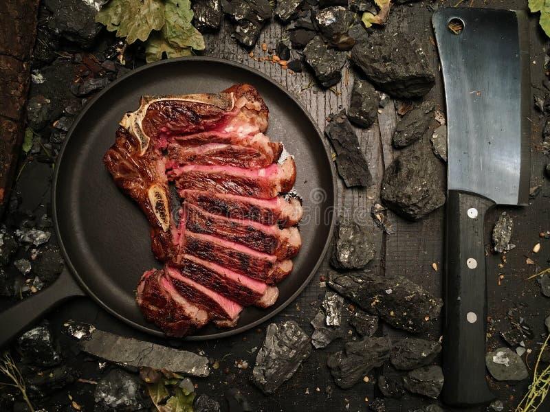 极小的烘烤的切好的牛排在煎锅说谎 库存图片