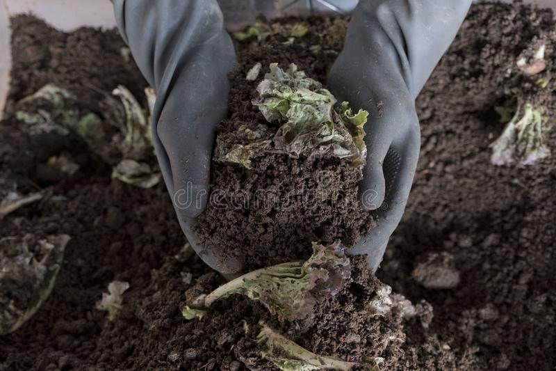 极少数可耕的土壤在负责任的农夫的手上 免版税图库摄影