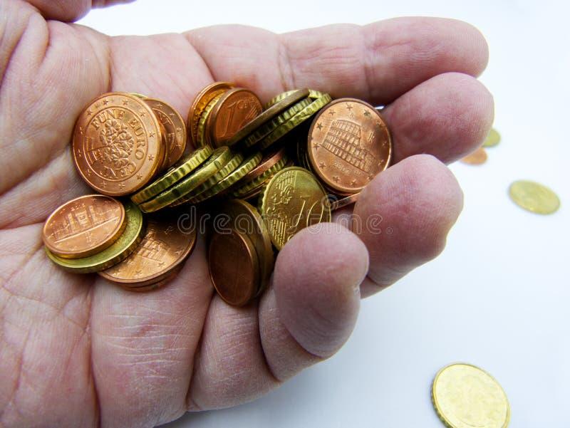 极少数欧元硬币在白色隔绝的棕榈手上 库存图片