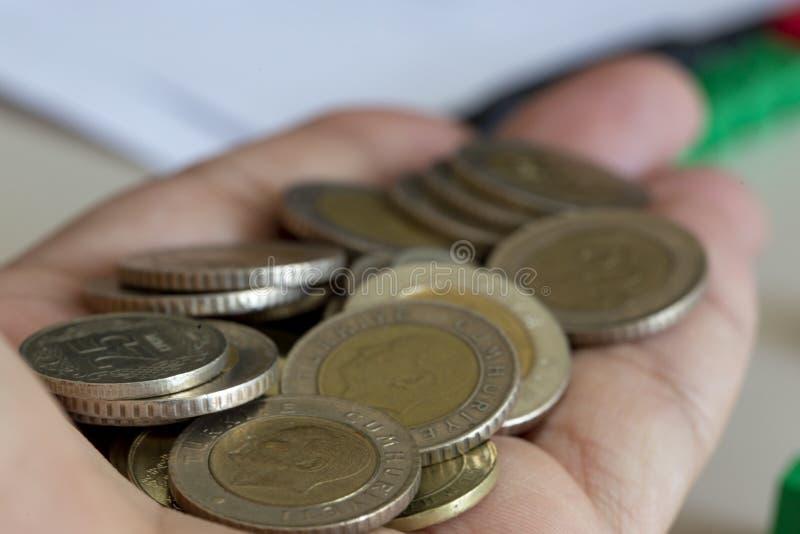 极少数硬币在棕榈手上 免版税库存照片