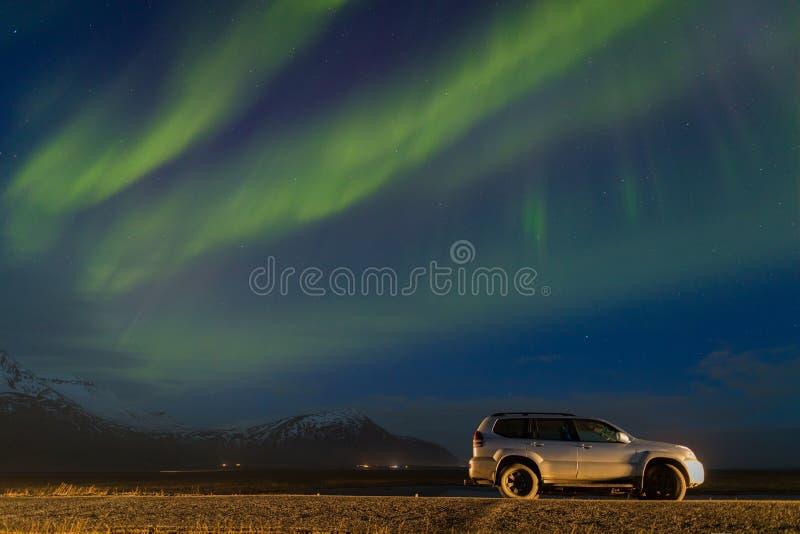 极性北极北极光极光borealis天空星在挪威斯瓦尔巴特群岛在朗伊尔城市月亮山 库存照片
