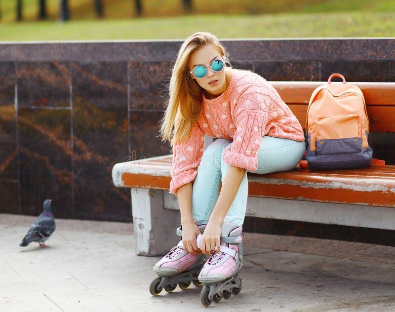 极端、乐趣、青年和人概念-相当时髦的金发碧眼的女人 库存照片