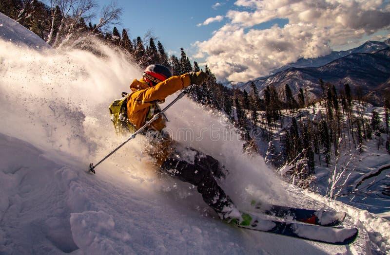 极端下来滑雪者捣毁的雪山 免版税库存图片