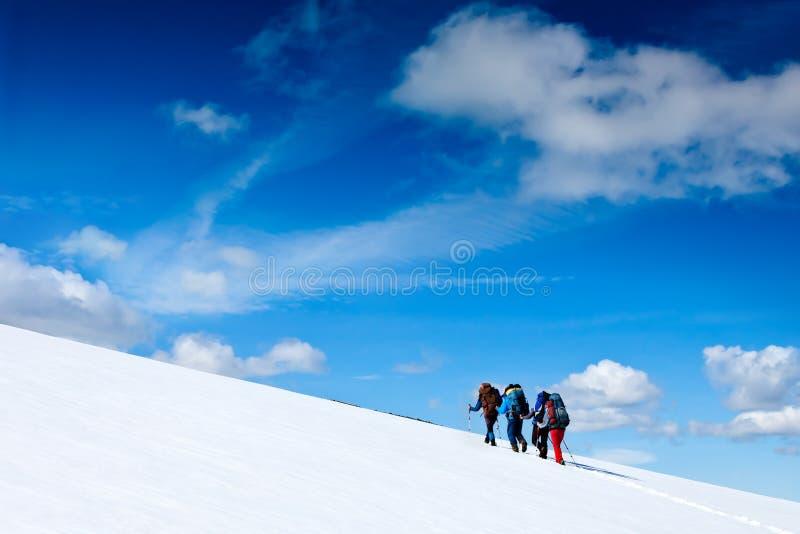 极端体育。冬天山的远足者 免版税库存照片