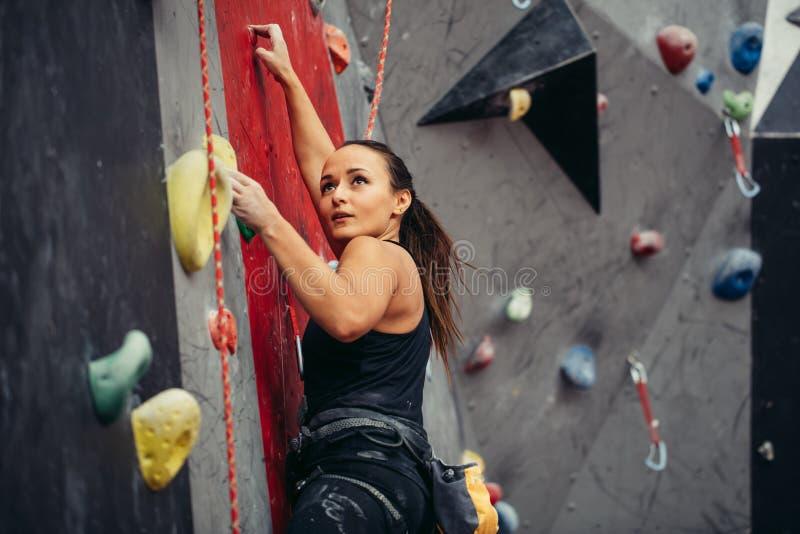 极端体育,应力消除, bouldering,人们和健康生活方式概念 免版税库存照片