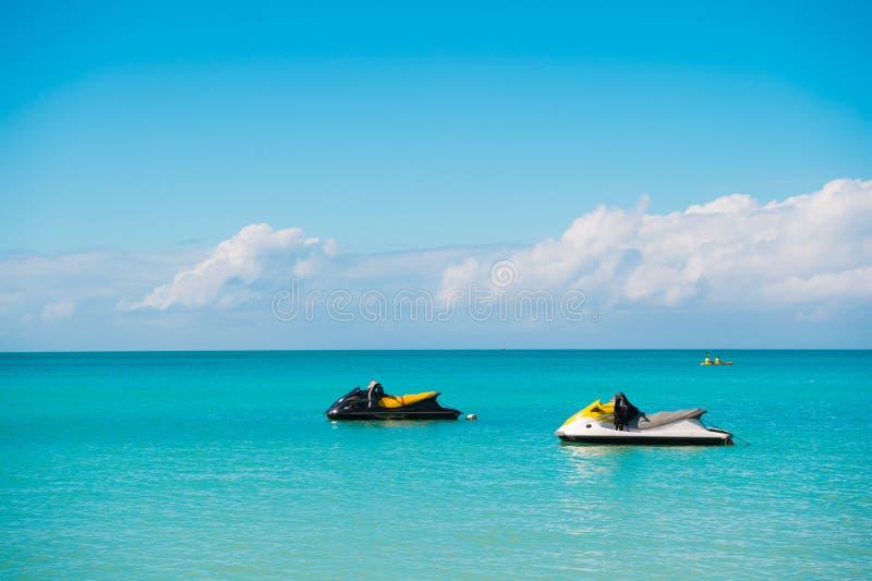 极端娱乐 对水滑行车在绿松石海洋盐水湖等待极端骑马 海洋海滩stjohns手段 免版税库存图片