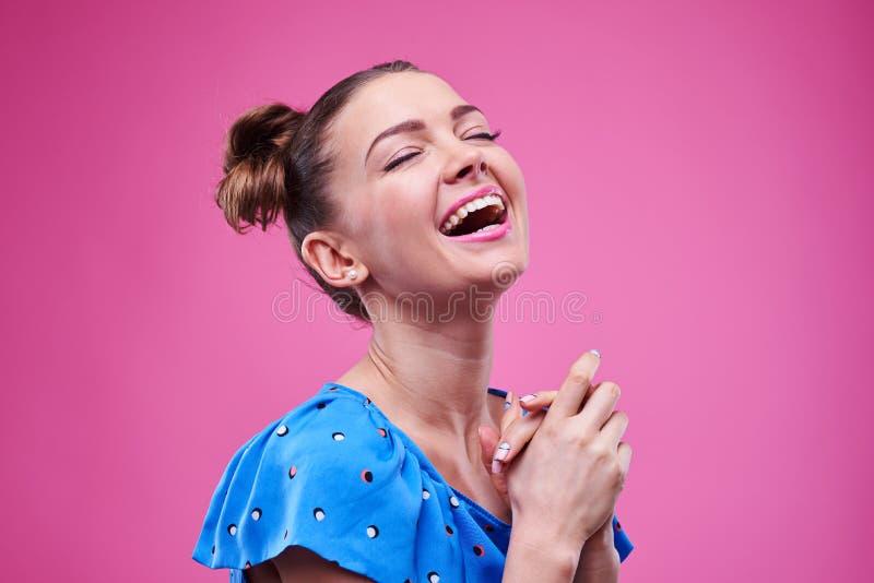 极端愉快和笑的女孩 免版税库存图片
