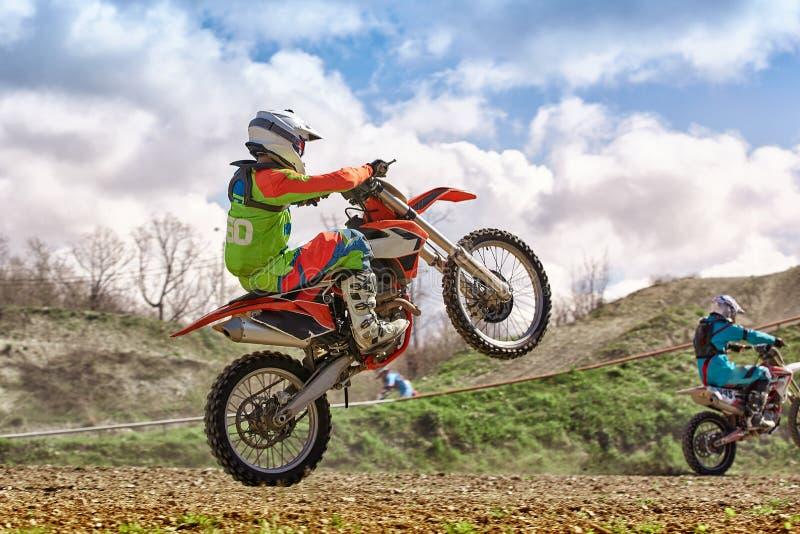 极端摩托车种族 骑自行车的人在极端赛跑的一辆摩托车乘坐越野 免版税库存图片