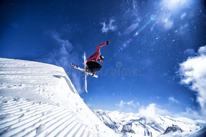 极端自由式滑雪者 免版税库存图片