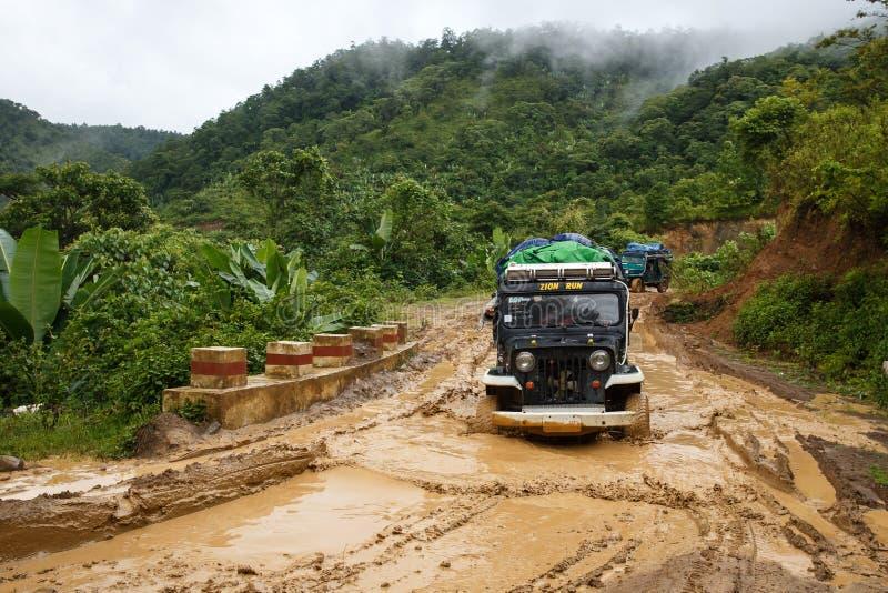 极端驾驶通过钦邦,缅甸 图库摄影