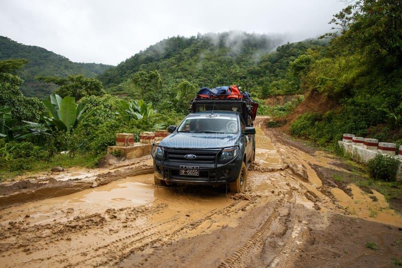 极端驾驶通过钦邦,缅甸 免版税库存照片