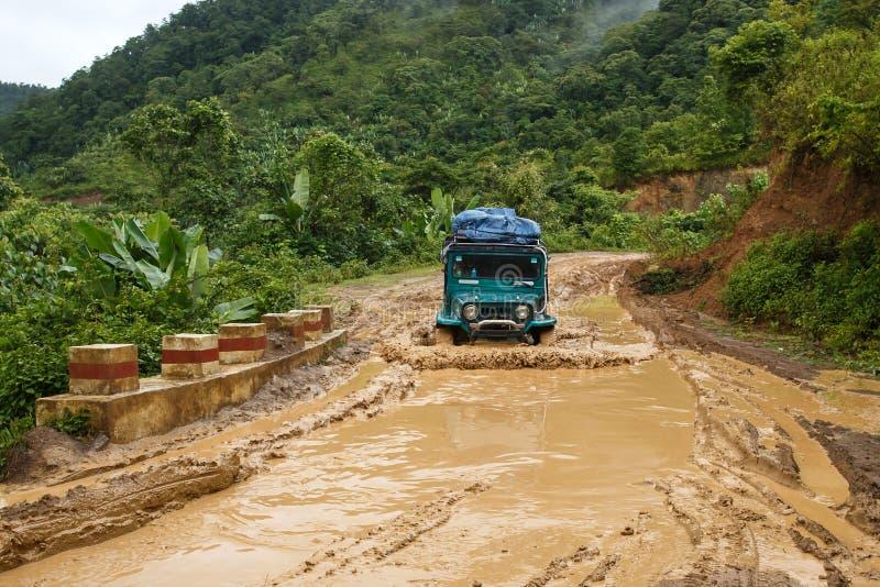 极端驾驶通过钦邦,缅甸 免版税库存图片