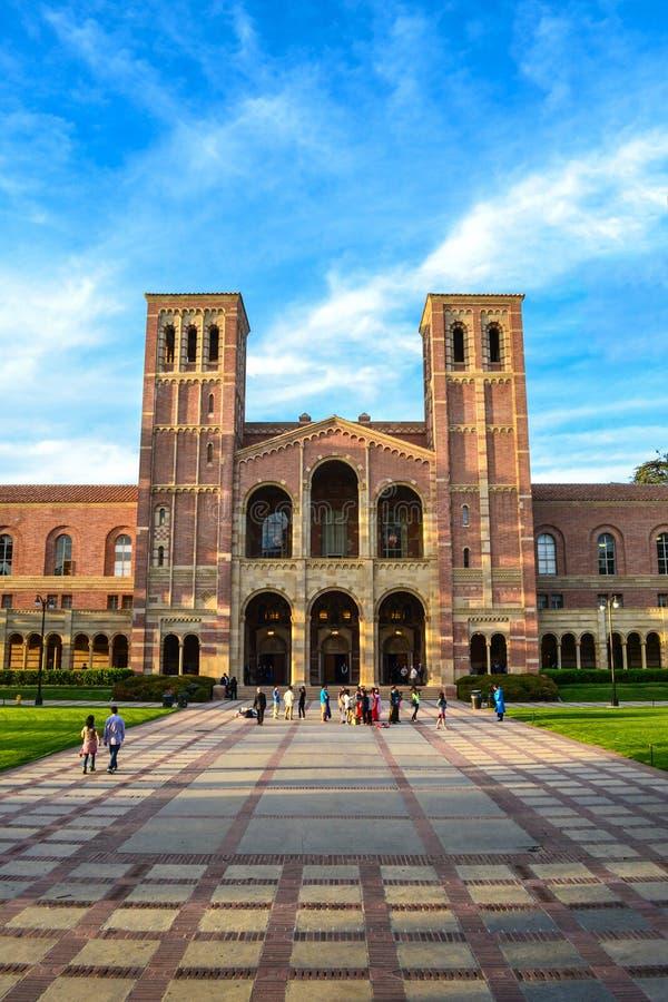 结构响铃砖瓦房校园大厅草坪royce塔加州大学洛杉矶分校大学 免版税库存图片