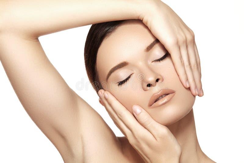 构成、温泉&化妆用品 与干净的皮肤的美丽的妇女模型面孔 免版税库存图片