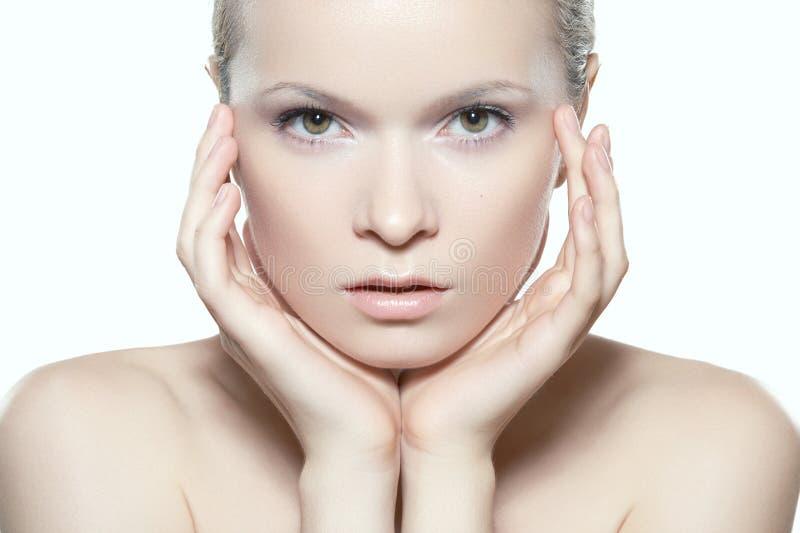 构成、温泉&化妆用品 与干净的皮肤的美丽的妇女模型面孔 免版税库存照片