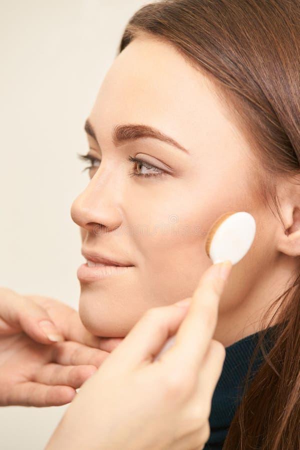 构成专业艺术家应用面孔染睫毛油 妇女秀丽模型 自然裸体神色 等高基础 库存照片