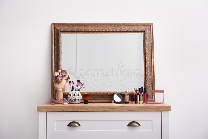构成产品和辅助部件临近镜子 免版税库存照片