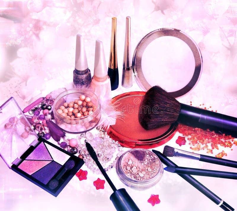 构成产品和首饰在花卉背景 免版税库存照片